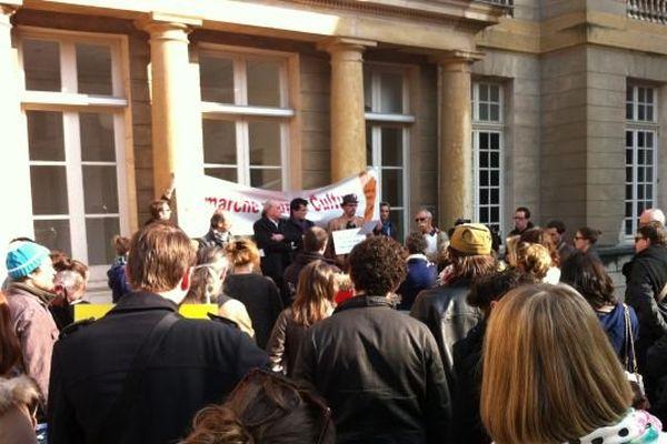 """Une deuxième """"Marche pour la culture"""" a eu lieu mercredi 12 mars 2014 à Dijon pour dénoncer les coupes budgétaires et les menaces pesant sur le régime des intermittents du spectacle."""