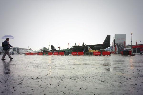 Le 50e Salon International de l'Aéronautique et de l'Espace a ouvert ses portes lundi 17 juin 2013 sous des trombes d'eau, retardant l'ouverture des vols du jour.