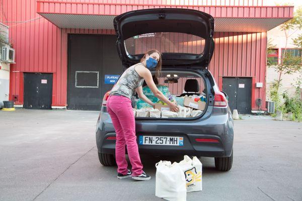 Marielle se prépare à livrer des colis pour bébés  à des PMI
