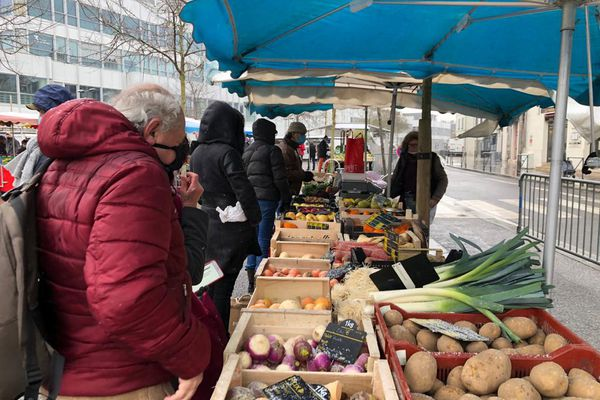 Le marché des Halles de Tours sous la neige