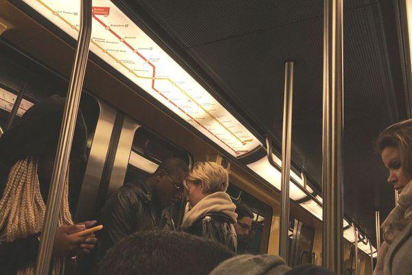 Aux heures de pointe, les rames de métro de la ligne A sont toujours pleines de monde, malgré l'agrandissement.