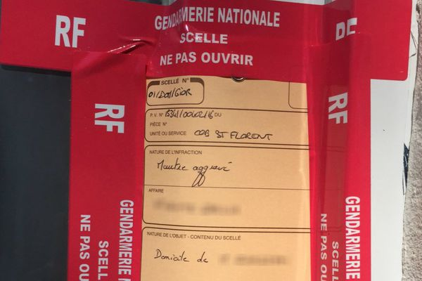 24/04/16 - Affaire du Lancone - Scellé de la gendarmerie nationale posé sur le domicile de la victime, dans une résidence au sud de Bastia (Haute-Corse)