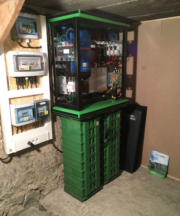 Une batterie au sel, première batterie ion-sodium de France, dans la cave de l'un des fondateurs de la start-up à l'origine de l'innovation.