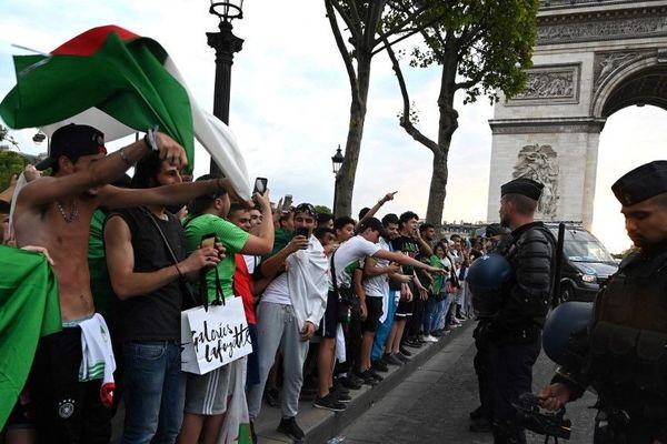 Après la qualification des Fennecs lors de la Coupe d'Afrique des Nations, les supporters se sont rassemblés sur l'avenue des Champs-Elysées, le 11 juillet 2019.