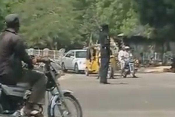 L'incroyable agent de police au Nigéria qui règle la circulation en dansant