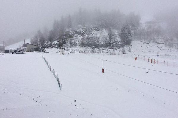 Avec à peine une cinquantaine de personnes ayant décidé de rester confinées, la station de ski, les Monts d'Olmes, a des aires de station fantôme.