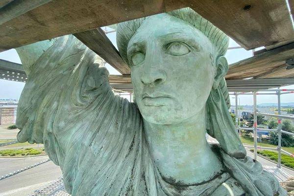 La statue de la liberté entourée d'un échafaudage