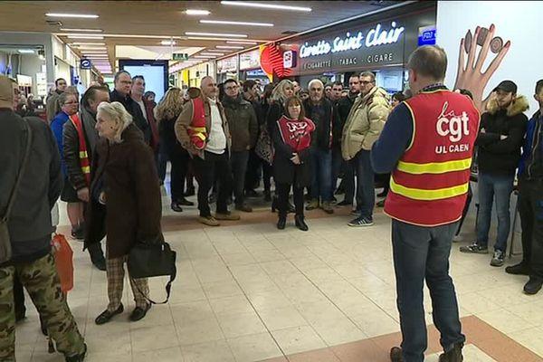 70 à 80 salariés du Carrefour d'Hérouville-Saint-Clair ont débrayé ce jeudi 8 février 2018