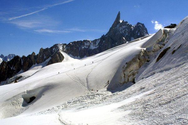 La vallée Blanche et la dent du Géant sur l'arête frontière entre la France et l'Italie, dans le massif du Mont-Blanc