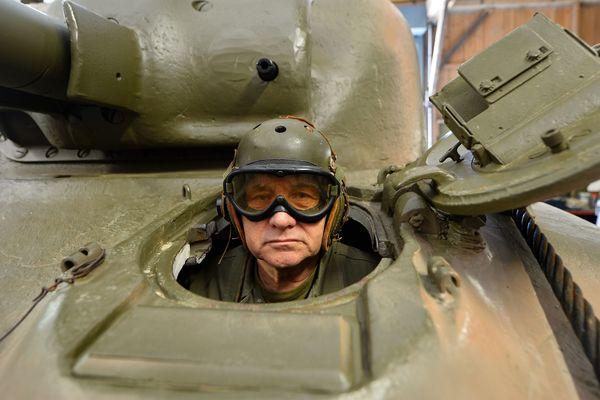 Christian Dours dans son Sherman M4A1-75.