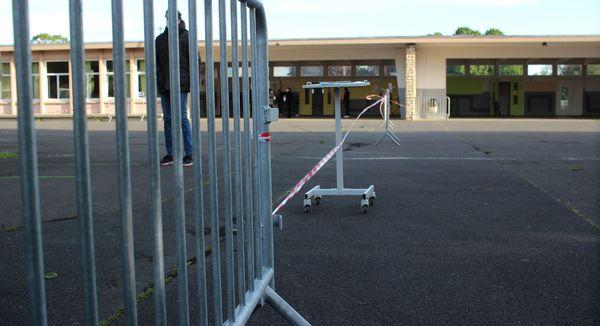 La cour est séparée en plusieurs zones. Les élèves ne se mélangent pas.