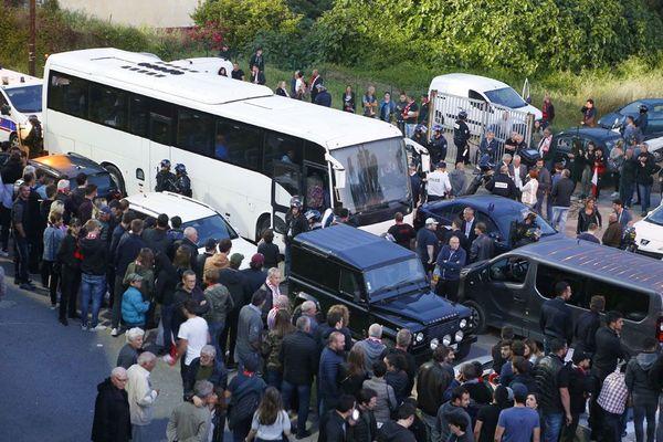 L'autocar transportant l'équipe du HAC bloqué par des Corses violents est finalement secouru par la police