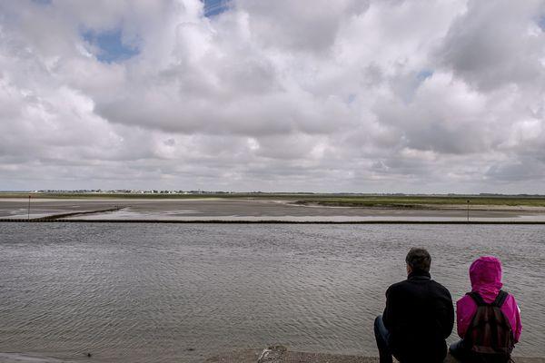 Par son immensité à marée basse, la baie de Somme émerveille les promeneurs. Mais attention à bien vérifier l'horaire des marées avant de partir en excursion ! (Ici, une vue de Saint-Valery en août 2016, photo d'illustration)