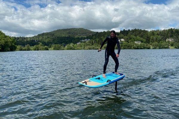 Lac d'Aydat (Puy-de-Dôme): Maxime, 19 ans, sur un e-foil. Quand un surf de 14 kilos devient plume !
