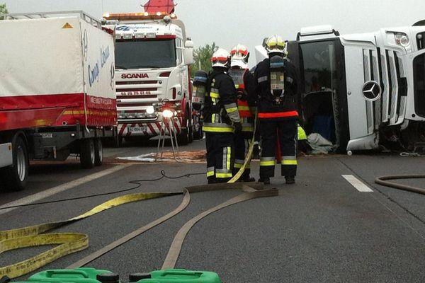 Tôt ce matin, un camion s'est couché sur les trois voies de l'A10, interrompant la circulation. L'accident a fait deux blessés. Une déviation est actuellement mise en place.
