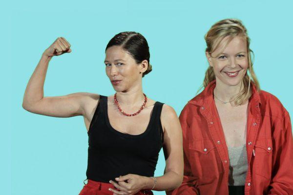 """Elsa Miské (à gauche), co-fondatrice du podcast YESSS, et Axelle Gay, game designer et graphiste, sont les inventrices du jeu """"Moi, c'est Madame""""."""