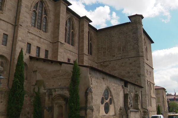 A Romans-sur-Isère, la Collégiale Saint-Barnard endommagée par la grêle le samedi 15 juin. Les travaux de dépose des vitraux et de remplacement des tuiles devaient débuter ce jeudi 20 juin, cinq jours après l'orage.