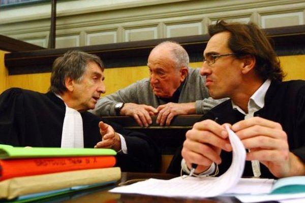 Jean Bastouill dans le box des assises de Perpignan et ses deux avocats