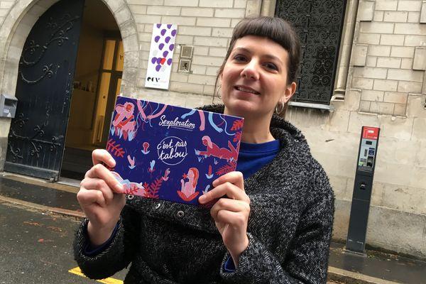"""L'Angevine Claire Vimont et sa création """"Sexploration"""" devant l'Ecole de Communication Visuelle à Nantes où elle a conçu ce jeu."""