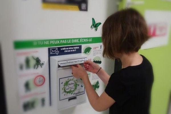 Les enfants déposent des mots pour décrire leurs souffrances dans ces boites aux lettres