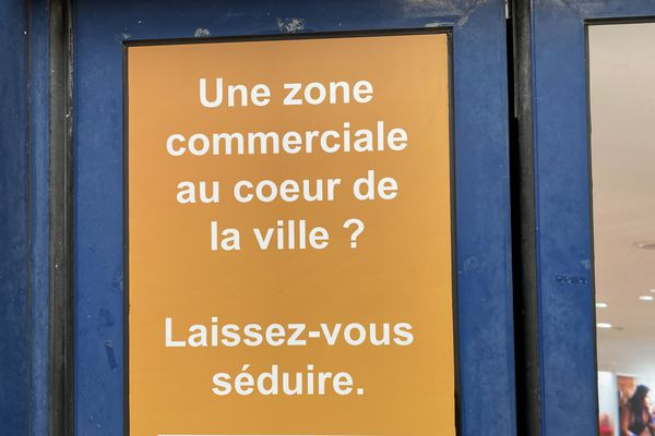 Sur l'ancienne zone commerciale laissée à l'abandon au centre-ville de Chaumont de nouvelles affiches de la communauté d'agglomération ont fait leur apparition.