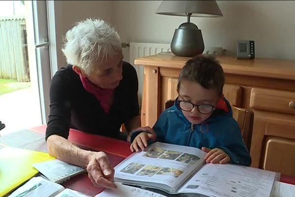 La grand-mère de Raphaël prend soin de son petit-fils au quotidien depuis quatre mois, alors qu'il devait être pris en charge par une famille d'accueil