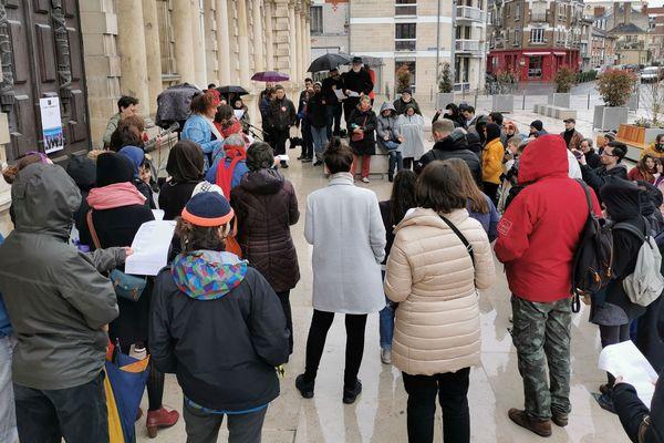 Une centaine de Rémoises et de Rémois se sont rassemblés devant l'hôtel de ville de Reims pour évoquer et dénoncer la condition de la femme aujourd'hui.
