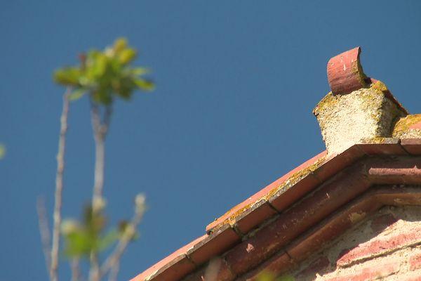 """Des tuiles recourbées pointant vers le ciel et placées sur le pignon au sommet des toits ou sur les cheminées sont les """"espanta-bruixes"""" ou effraies-sorcières ou repousses-sorcières."""