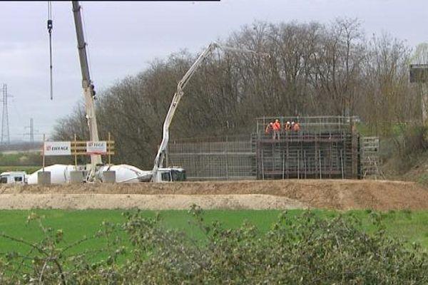 Le pont est construit à côté de la RCEA, et une fois achevé, il sera glissé pendant 48 heures pour le mettre en place