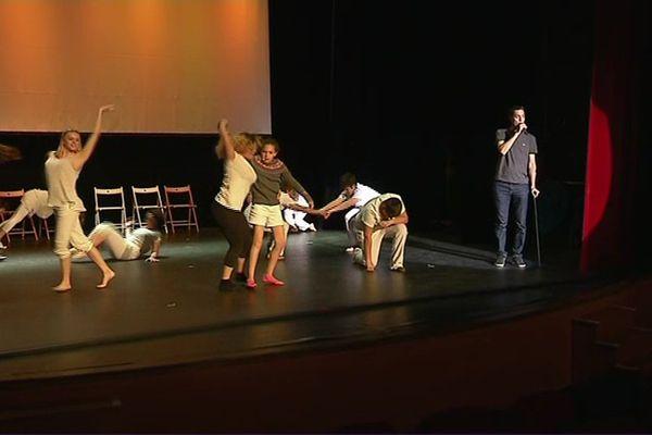 """Le spectacle """"Sur son dos"""", avec Grand Corps Malade, Richard Bohringer et les enfants de l'association Sourire à la Vie à Porto-Vecchio, le 13 mai 2017."""