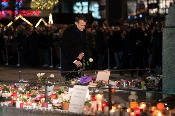 Le président Emmanuel Macron rend au hommage aux victimes, place Kléber à Strasbourg