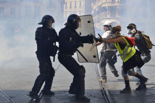 Montpellier - affrontements entre Gilets jaunes, manifestants et CRS sur la place de la Comédie - 8 juin 2019.