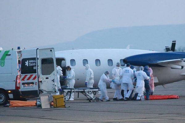 Des malades du Covid-19 évacués en avion, à Colmar en mars 2020