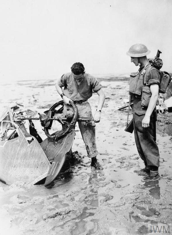 Des soldats britanniques examinant les débris d'un Dornier Do 17 de la KG2 (escadre basée à Arras et Cambrai), abattu le 13 août 1940 au-dessus de l'estuaire de la Tamise.