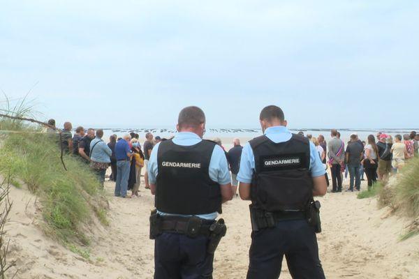 Une petite centaine de personnes, des pêcheurs et quelques élus, se sont rassemblées ce samedi sur la plage de Pirou, d'où part le câble alimentant Jersey en électricité