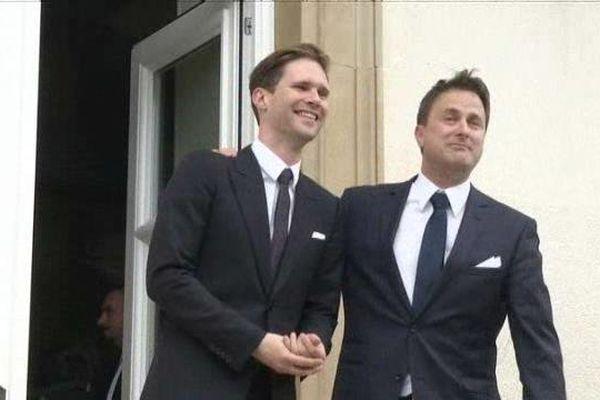 Xavier Bettel (à droite) et son compagnon devant l'hôtel de ville de Luxembourg.