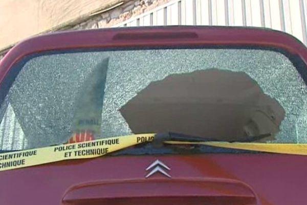 L a vitre arrière d'un des deux véhicules explosée par les projectiles.Sète le 2 mars 2014.