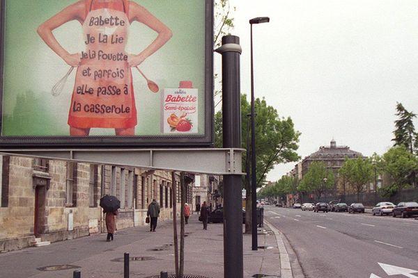 L'association Coordination française pour la marche mondiale des femmes dénonce la ''banalisation du sexisme, de la violence conjugale et du viol'' contenue dans cette publicité.