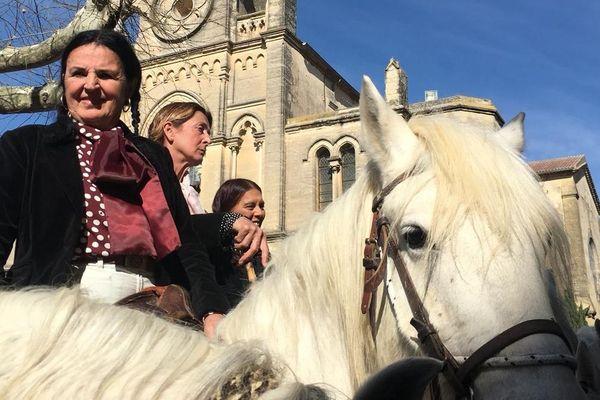 Plusieurs manadières ont participé à l'abrivado d'Aimargues, une tradition camarguaise. Une centaine de personnes ont rendu hommage à Fanfonne Guillierme, la première manadière.