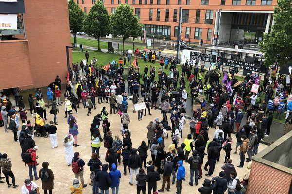 Des gilets jaunes se sont mêlés au rassemblement du personnel soignant de l'hôpital de Toulouse.