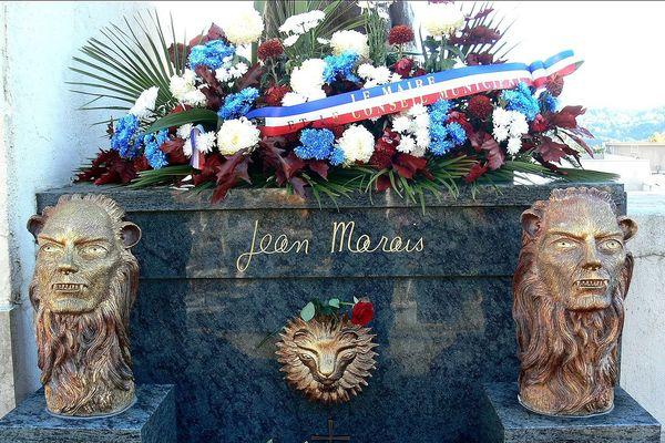 Une photo de la tombe en 2008, avec les deux sculptures encore présentes.
