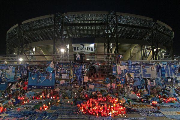 Le stade San Paolo, à Naples, au soir de l'annonce de sa mort.