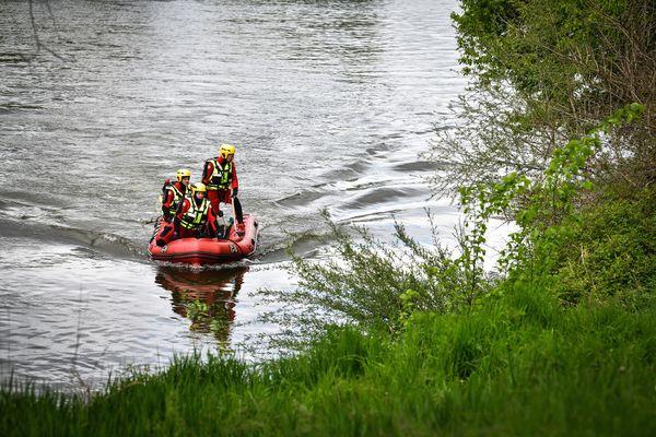 Une équipe de plongeurs des sapeurs-pompiers n'a pu que constater la présence de deux corps sans vie dans le véhicule immergé dans la Saône, au nord de Lyon.