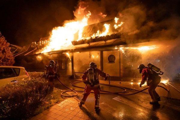 La BSPP a eu recours à six lances à incendie.
