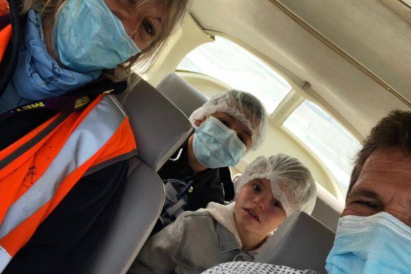 120 personnes sont mobilisées pour faire monter les enfants à bord des avions