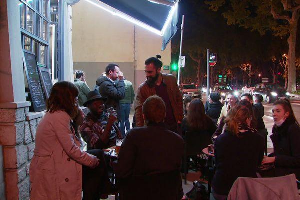 """Les derniers clients d'un établissement sur les quais du Rhône se font """"une dernière terrasse""""."""
