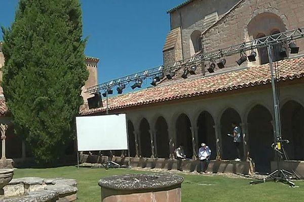 """Saint-Hilaire (Aude) - la pièce de théâtre """"temple"""" jouée dans l'abbaye - juillet 2018."""