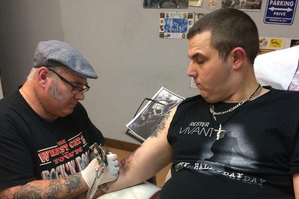 Un fan de Johnny s'est fait tatouer les initiales de son idole sur le bras