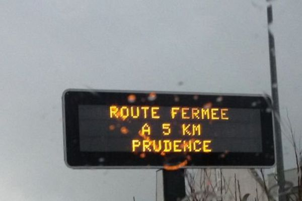A Ponte-Leccia, des panneaux signalent aux automobilistes les routes bloquées.