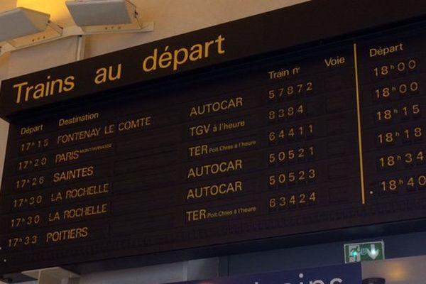 Le tableau des départs en gare de Niort.